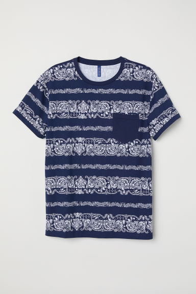 T-shirt with a chest pocket - Dark blue/Bandana-patterned - Men | H&M CN