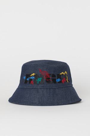 Denim bucket hatModel