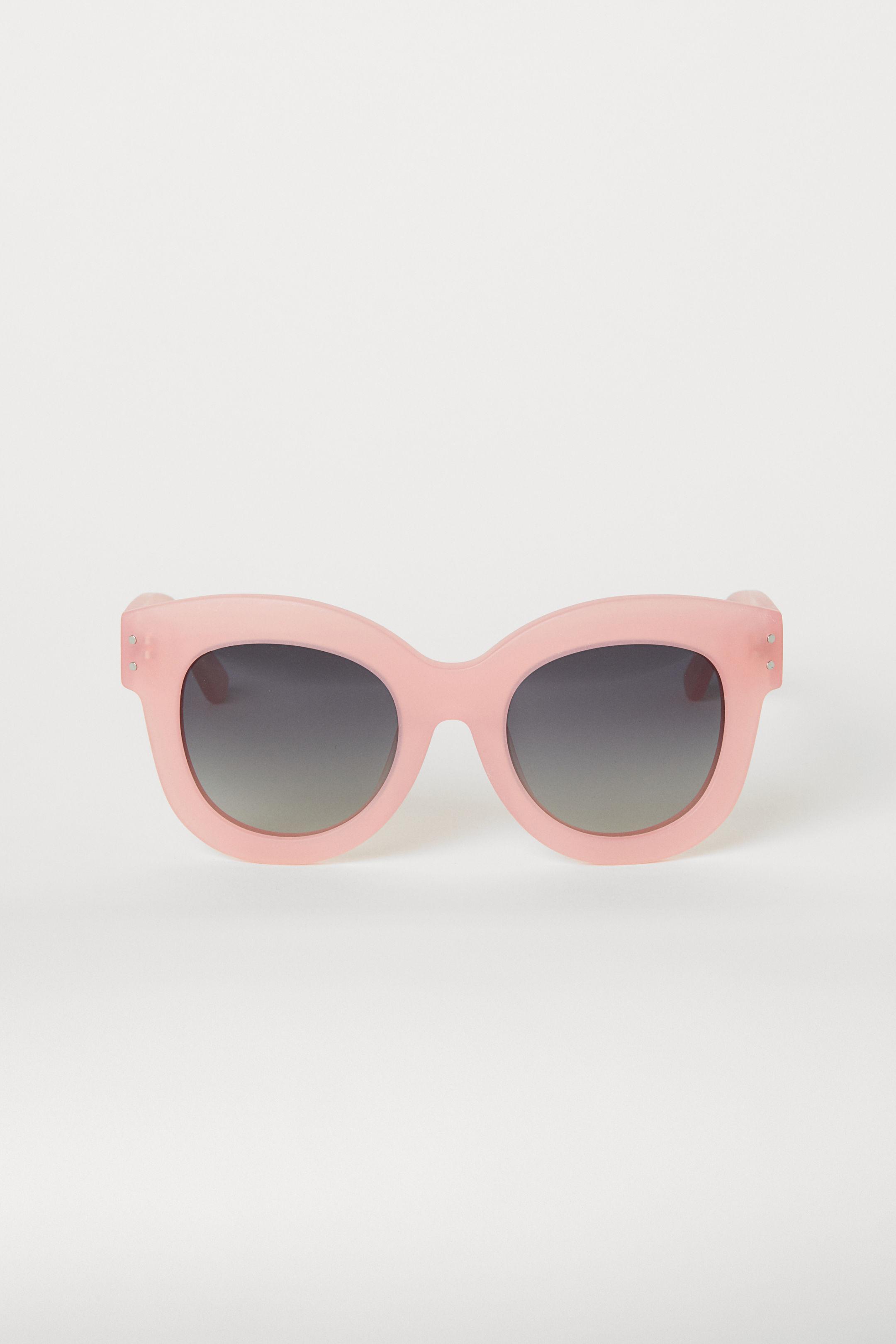 4892ae6572 Con forma ojos de gata, sin duda son una de las formas en gafas de sol más  tendencia para esta temporada.
