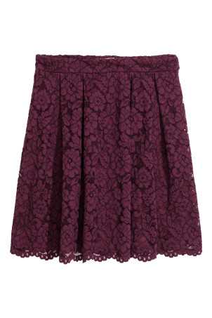 Short lace skirtModel