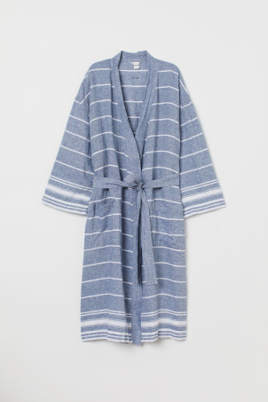 Washed linen dressing gownModel
