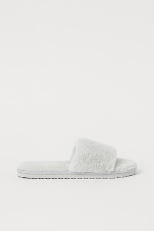 Faux Fur SlippersModel