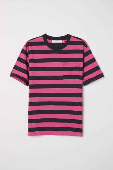 T-shirt with a chest pocket - Black/Pink striped - Men | H&M