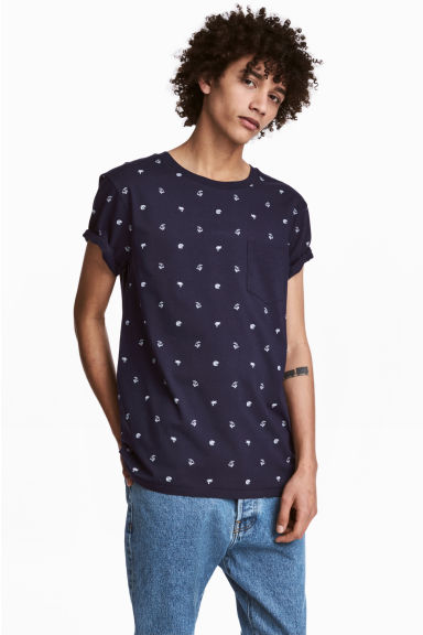 T-shirt with a chest pocket - Dark blue/Patterned - Men | H&M CN