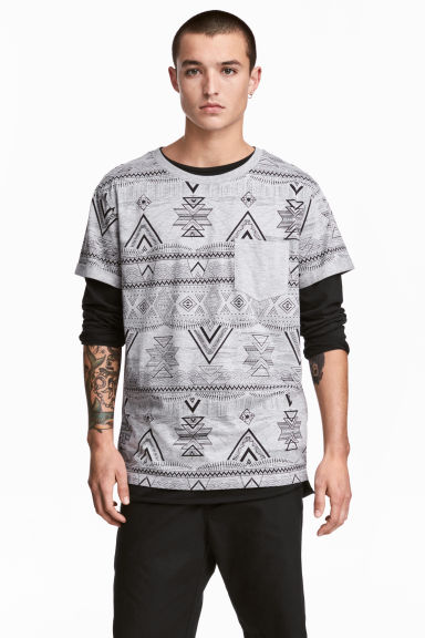 T-shirt with a chest pocket - Grey/Patterned - Men | H&M CN