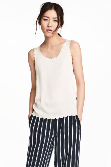 Top with scalloped edges - Natural white - Ladies | H&M