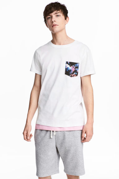 T-shirt with a chest pocket - White/Flamingo - Men | H&M CN