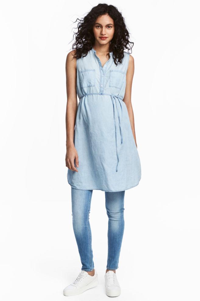 8760f212cc MAMA Dżinsowa sukienka - Jasnoniebieski denim - ONA